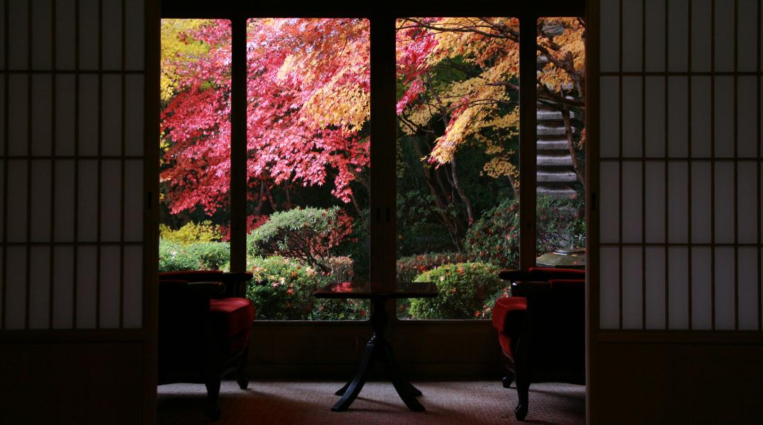 離れ「三朝閣(さんちょうかく)」から眺める紅葉(11月末頃)