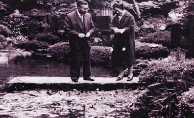 昭和40年5月12日 天皇皇后両陛下(庭園にて)