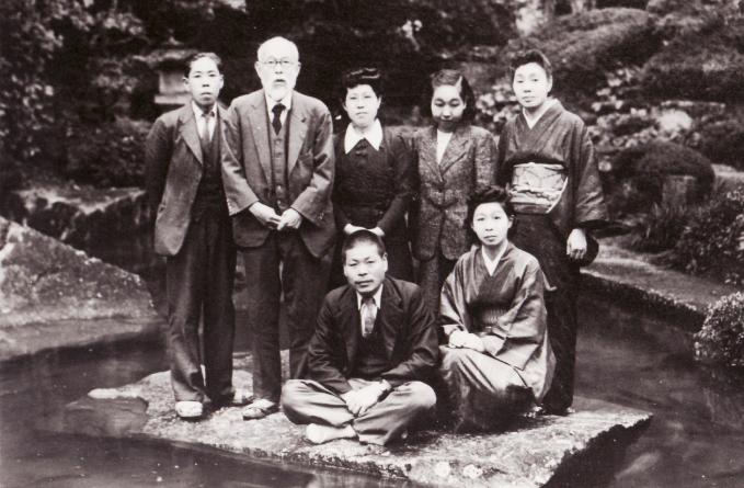昭和二十五年、当館の庭園で撮影された写真。後列左から二人目が斎藤茂吉、当時の女将と従業員との一枚
